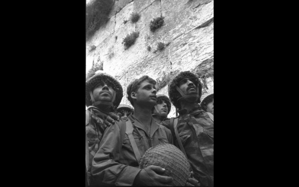 La photo emblématique de Rubinger des trois parachutistes au mur Occidental en juin 1967 (Crédit : Autorisation Rubinger / Knesset Collection)