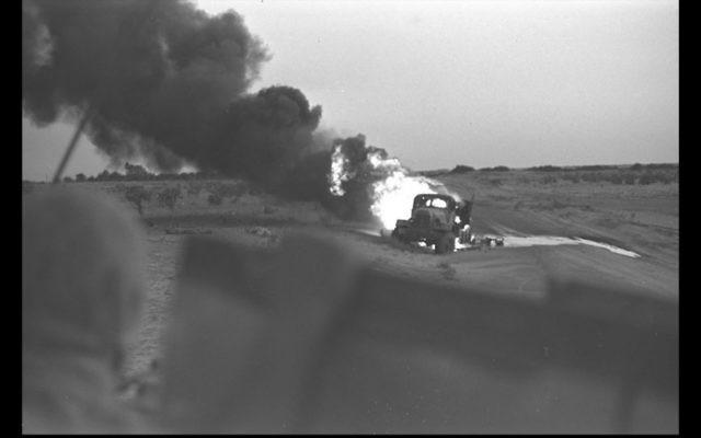 Un camion égyptien en feu après une frappe directe d'un char israélien pendant la guerre des Six Jours, le 5 juin 1967. (Crédit : David Rubinger/GPO)
