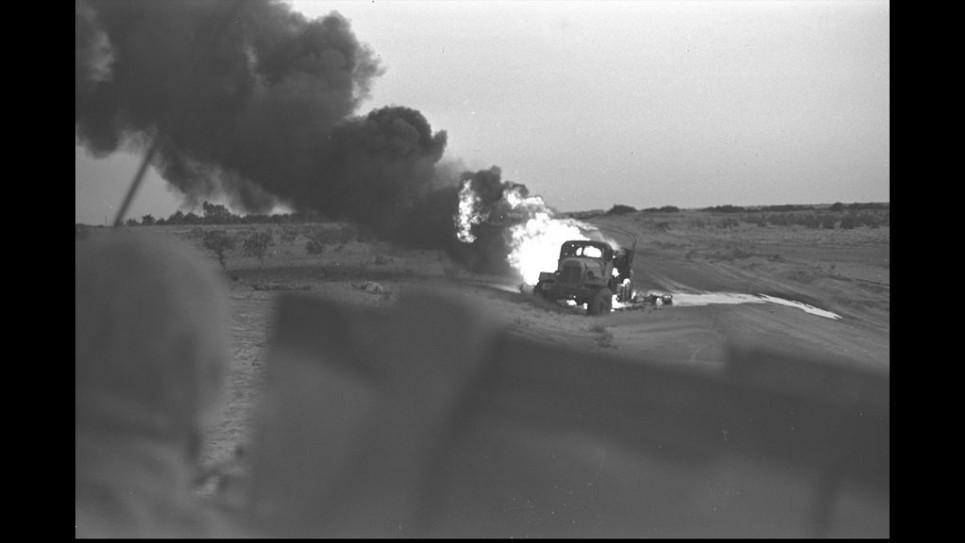Un camion égyptien brûlant après un coup direct d'un char israélien pendant la guerre des Six Jours, le 5 juin 1967 (Crédit : David Rubinger / Government Press Office)