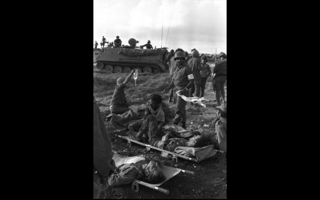 Des soldats blessés de Tsahal soignés dans le Sinaï pendant la guerre de Kippour en 1973 (Crédit : David Rubinger / Government Press Office)