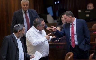 Le président de la Knesset Yuli Edelstein à droite parle avec le législateur David Bitan à la Knesset, le 18 janvier 2017 (Crédit : Yonatan Sindel/Flash90)
