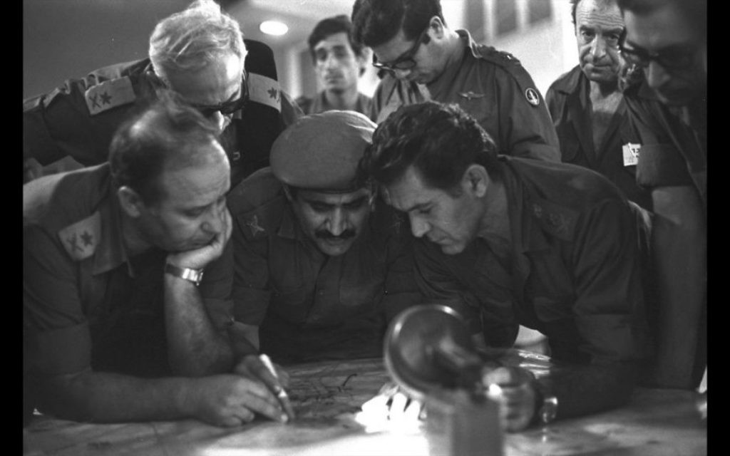 Le chef d'état-major de l'armée israélienne David Elazar (à droite) pendant la guerre de Kippour en 1973 (Crédit : David Rubinger / Government Press Office)
