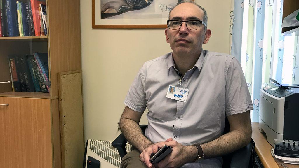 Le docteur Adi Aran, directeur du service de neuropédiatrie du centre médical Shaare Zedek de Jérusalem, le 2 mars 2017 (Crédit : Luke Tress/Times of Israel)