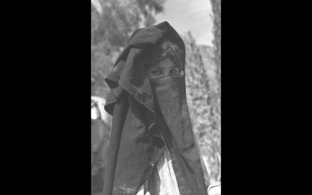 Photo d'une femme bédouine dans le désert du Sinaï (Crédit : Autorisation de David Rubinger / Knesset collection)