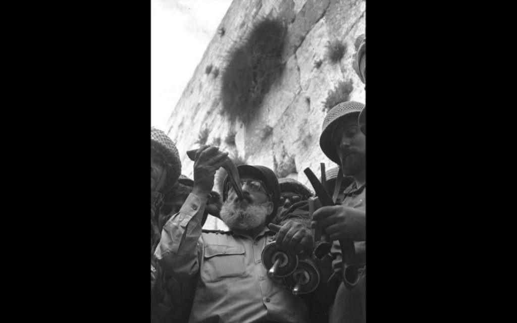 L'aumônier en chef de l'armée, le rabbin Shlomo Goren, entouré de soldats de Tsahal, souffle le shofar devant le mur Occidental pendant la guerre des Six Jours, le 7 juin 1967 (Crédit : David Rubinger / Government Press Office)