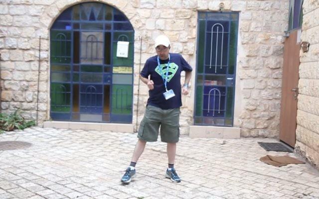 L'un des mille pères qui a participé aux voayges organisés pour les hommes par le Jewish Women's Renaissance Project. (Crédit : capture d'écran YouTube)