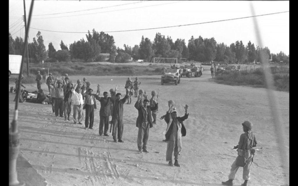 Des Égyptiens capturés dans le désert du Sinaï, à la fin de la guerre de Kippour en 1973 (Avec l'aimable autorisation de David Rubinger / Knesset collection)