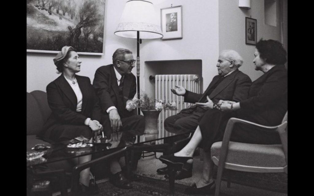 Rubinger a photographié David Ben Gurion et son épouse Paula en compagnie de l'homme politique français Jules Moch et son épouse en 1957 (Crédit : Autorisation de David Rubinger / Knesset collection)