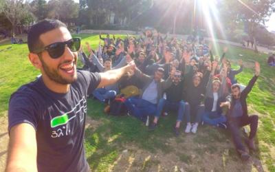Nuseir Yassin, le créateur des vidéos d'une minute de Nas Daily, lors d'une rencontre qu'il a organisée à Tel Aviv (Crédit : Autorisation de Nuseir Yassin)