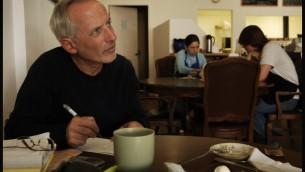 Le journaliste Yigal Sarna dans un café de Tel Aviv, le 4 août 2007. (Crédit : Flash90)