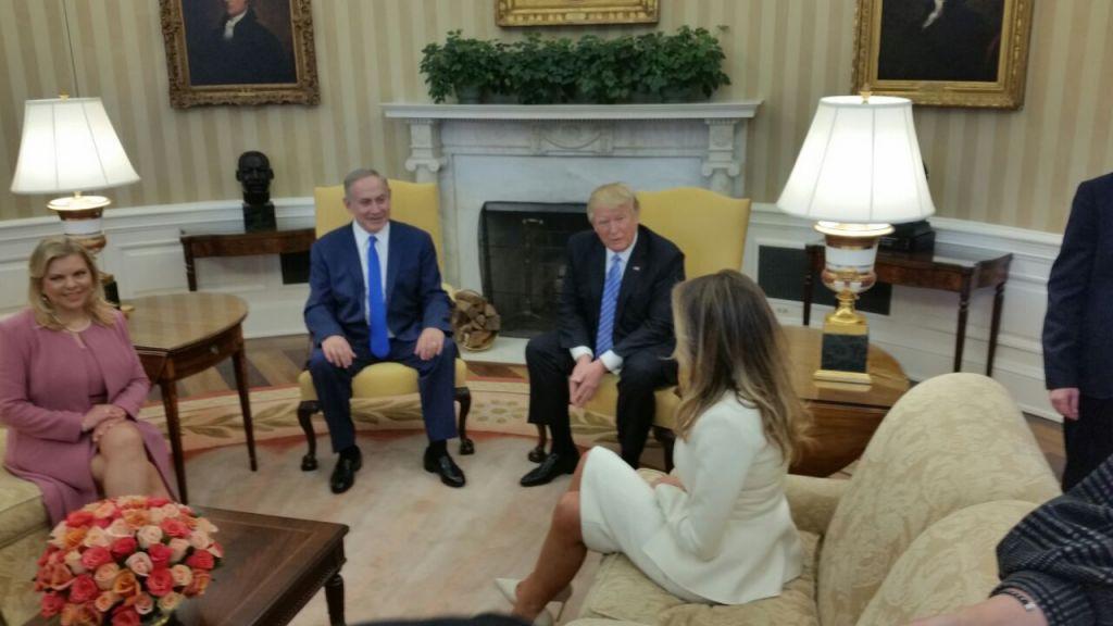 Benjamin Netanyahu, deuxième à gauche, et Donald Trump, deuxième à droite, se rencontrent dans le Bureau ovale avec leurs épouses  Sara Netanyahu, à droite et Melania Trump, à gauche, le 15 février 2017  (Crédit : Raphael Ahren/ Times of Israel)