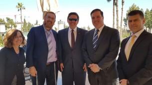 Yehuda Glick, député du Likud, 2e à gauche, et le représentant républicain de Floride Ron DeSantis, au centre, à Jérusalem, le 5 mars 2017. (Crédit : autorisation)