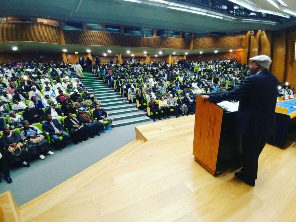 Le parlementaire Avraham Neguise fait un discours à l'occasion de la session spéciale de la Commission chargée de l'Immigration et de l'Intégration lors des 25 ans de l'opération Salomon, le 6 mars 2017 (Autorisation)