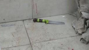 Un grand couteau utilisé pour une attaque contre deux garde-frontières dans la Vieille Ville de Jérusalem, le 13 mars 2017. (Crédit : police israélienne)
