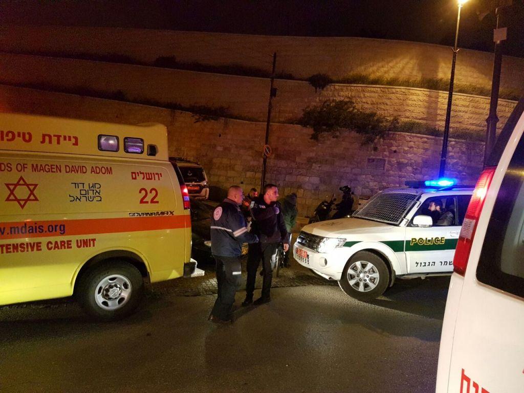 Policiers et secouristes sur la scène d'une attaque au couteau à la Porte des Lions, dans la Vieille Ville de Jérusalem, le 13 mars 2017. (Crédit : Magen David Adom)