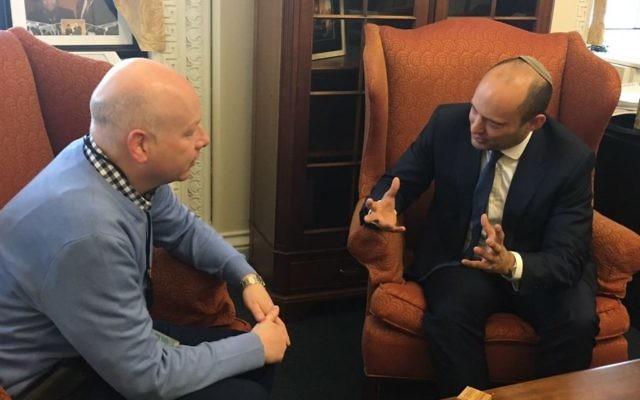 Le ministre de l'Education Naftali Bennett, à droite, et l'envoyé spécial du président Donald Trump pour les négociations internationales, Jason Greenblatt, à Washington, le 26 mars 2017. (Crédit : autorisation)