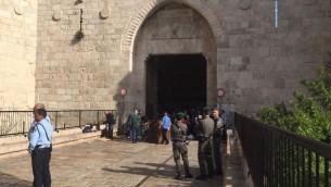 La police sur la scène d'une tentative d'attaque au couteau porte de Damas, dans la Vieille Ville de Jérusalem, le 29 mars 2017. Illustration. (Crédit : police israélienne)