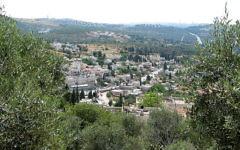 Le village d'Abu Gosh, réputé pour abriter dans la paix une population mixte juive et arabe (Crédit: Wikimedia Commons/Hanay)