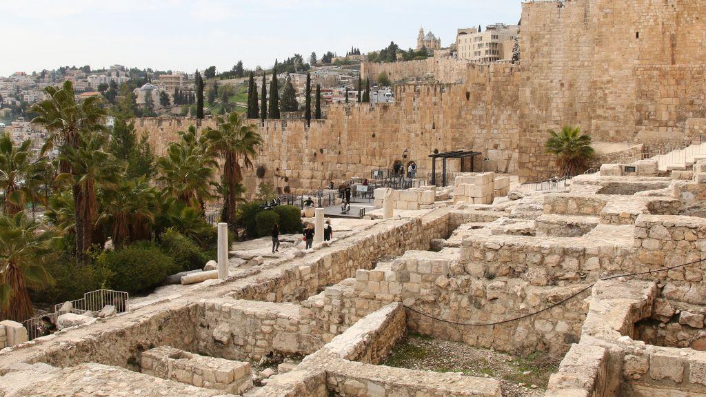 Le parc archéologique aux abords des murs de la Veille ville de Jérusalem (Crédit : Shmuel Bar-Am)