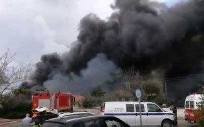 Incendie du dépôt de feux d'artifices de Porat, localité côtière proche de Netanya, le 14 mars 2017. (Crédit : capture d'écran)