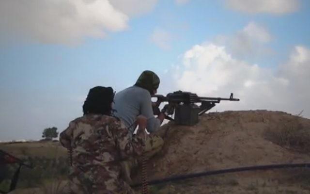 Extrait d'une vidéo diffusée par l'Etat islamique au Sinaï, le 1er août 2016. Illustration. (Crédit : capture d'écran MEMRI)