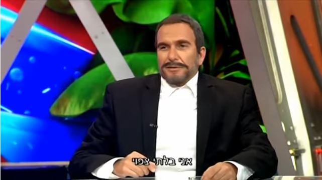 Assi Cohen incarne le ministre de la Défense Avigdor Liberman dans l'émission satirique Eretz Nehederet. (Crédit : capture d'écran YouTube)