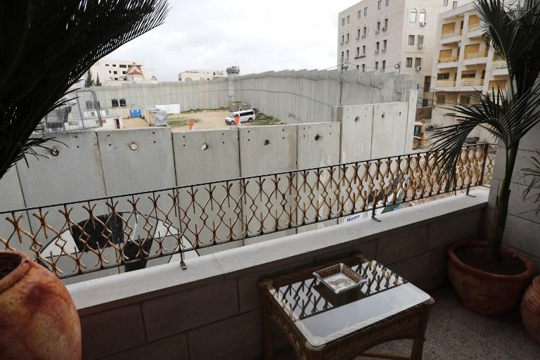 Le balcon d'une chambre de l'hôtel Walled Off, conçu par  l'artiste de rue britannique Bansky, qui donne sur le mur de Sécurité, à Bethléem, en Cisjordanie, le 3 mars 2017. (Crédit : Thomas Coex/AFP)