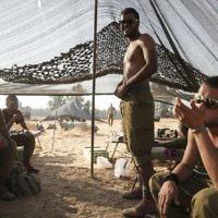 Des soldats bédouins de Tsahal dans une tente montée dans un champ à proximité de la frontière de Gaza dans le sud d'Israël, le 6 juillet 2014. (Crédit : (Hadas Parush/Flash90)