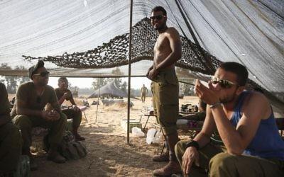 Les soldats bédouins vus dans une tente montée dans un champ à proximité de la frontière de Gaza dans le sud d'Israël, le 6 juillet 2014 (Crédit : (Hadas Parush/Flash90)