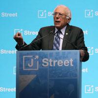 Le sénateur américain Bernie Sanders, à la conférence nationale annuelle de J Street au Washington Convention Center, le 27 février 2017. (Crédit : Mark Wilson/Getty Images via JTA)