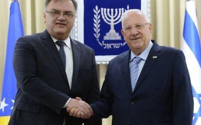 Le président de Bosnie-Hérzégovine Dr Mladen Ivanic (à gauche) avec le président Reuven Rivlin, à Jérusalem le 13 mars 2017. (Crédit : GPO)