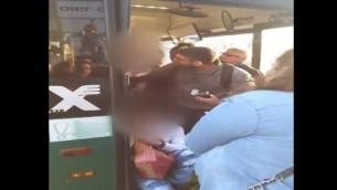 Un chauffeur d'un bus Egged qui éjecterait un passager trisomique, à RIshon Lezion, le 28 mars 2017. (Crédit : capture d'écran Deuxième chaîne)