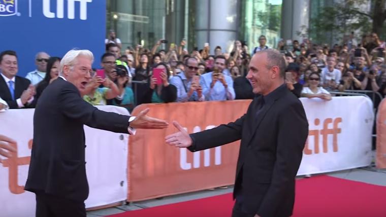 Richard Gere présente le réalisateur Joseph Cedar, qui a écrit et réalisé le dernier film de l'acteur, au Festival du film international de Toronto, en septembre 2016. (Crédit : capture d'écran YouTube)