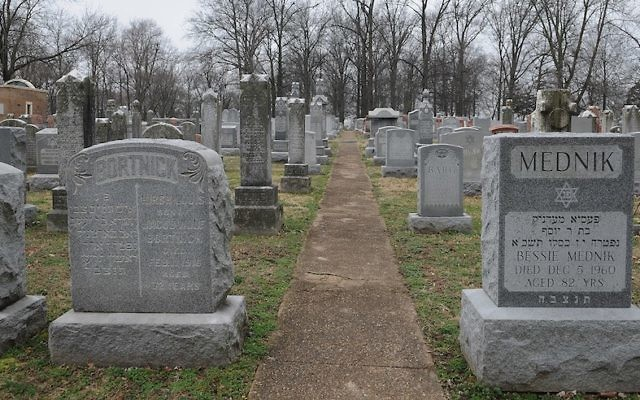 Les pierres tombales au cimetière juif Chesed Shel Emeth de University City, près de St. Louis, dans le Missouri, le 22 février 2017 (Crédit : Michael Thomas/ Getty Images)