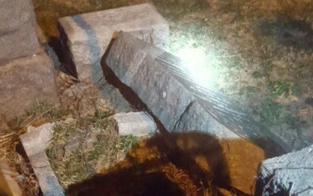 Des pierres tombales renversées dans un cimetière juif de Brooklyn, le 4 mars 2017. (Crédit : capture d'écran Twitter/Dov Hikind)