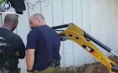 La police a découvert de la cocaïne dans u bac à sable d'une aire de jeux de Lod, le 25 mars 2017. (Crédit : capture d'écran YouTube)