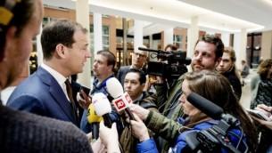 Le vice-Premier ministre néerlandais Lodewijk Asscher s'adresse à la presse après avoir rencontré les représentants des organisations turques à La Haye, me 13 mars 2017. (Crédit :Robin van Lonkhuijsen/AFP)