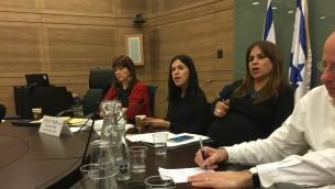 Les députées Karin Elharar, au centre, et Merav Ben-Ari, à droite, pendant la réunion de la commission de Contrôle de l'Etat de la Knesset consacrée à la fermeture de l'industrie des options binaires en Israël, le 28 février 2017. (Crédit : Simona Weinglass/Times of Israël)