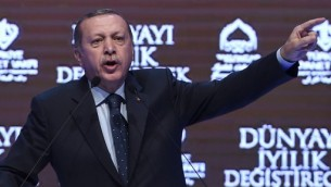 Le président turc Recep Tayyip Erdogan durant un discours à Istanbul sur les tensions diplomatiques avec les Pays-Bas, à Istanbul le 12 mars 2017. (Crédit : Ozan Kose/AFP)