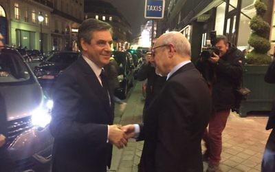 François Fillon, candidat LR, accueilli par le président du Crif Francis Kalifat avant le débat organisé par les Amis du Crif (Crédit: CRIF)