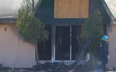 Les pompiers au centre islamique brûlé de Ypsilanti dans le Michigan le 11 mars 2017 (Crédit : Capture d'écran / YouTube)