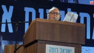 Yair Garbuz pendant son très controversé discours, sur la place Rabin de Tel Aviv, le 7 mars 2015. (Crédit : capture d'écran YouTube)