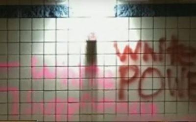 Le graffiti raciste et antisémite retrouvé au lycée Pinnacle High de Phoenix, dans l'Arizona, le 25 mars 2017. (Crédit : capture d'écran YouTube)