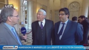 Les députés français Meyer Habib, à droite, et  Claude Goasguen portent des kippas au Parlement en solidarité avec les Juifs français, en janvier 2016 (Crédit : capture d'écran YouTube )