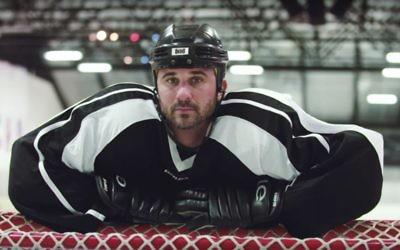 Le joueur de hockey Sam Fields avait 27 ans quand on lui a diagnostiqué un cancer, quelques semaines seulement avant son intégration dans un camp d'entraînement de la NHL.  (Autorisation : ICRF/via JTA)
