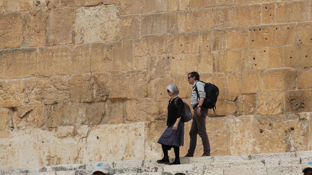 Le circuit des mikvés s'arrête à la porte Hulda, autrefois ouverte aux pèlerins mais fermée dorénavant depuis longtemps (Crédit : Shmuel Bar-Am)