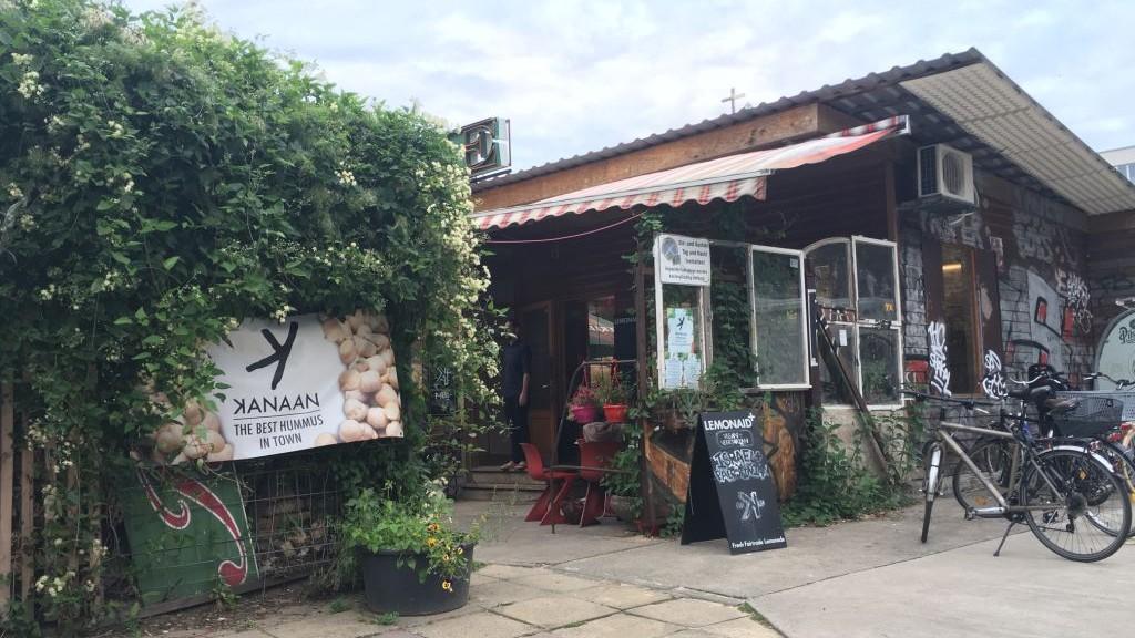Le restaurant Kanaan sert du houmous à Berlin. Il appartient à un juif et à un arabe israélien. (Crédit : Toby Axelrod/JTA)