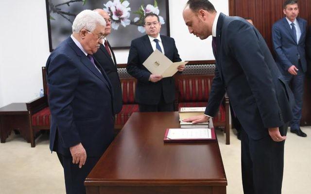 Husam Zomlot prête serment devant le président de l'Autorité palestinienne Mahmoud Abbas pour devenir le chef de la délégation générale de l'OLP aux Etats-Unis, le 7 mars 2017. (Crédit : Usama Falah/WAFA)