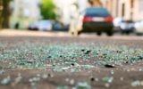 Illustration : débris de verre sur la route après un accident de voiture. (Crédit : Berezko, iStock Getty Images)
