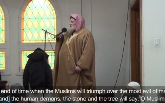 L'imam Muhammad bin Musa al Nasr à la mosquée Dar al-Arkam de Montréal, en décembre 2016. (Crédit : capture d'écran YouTube/B'nai Brith Canada)